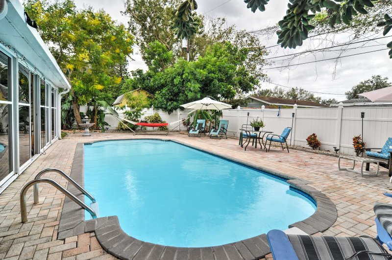 St Petersburg Home w/Pool - 4 Miles from Downtown!, alquiler de vacaciones en Feather Sound