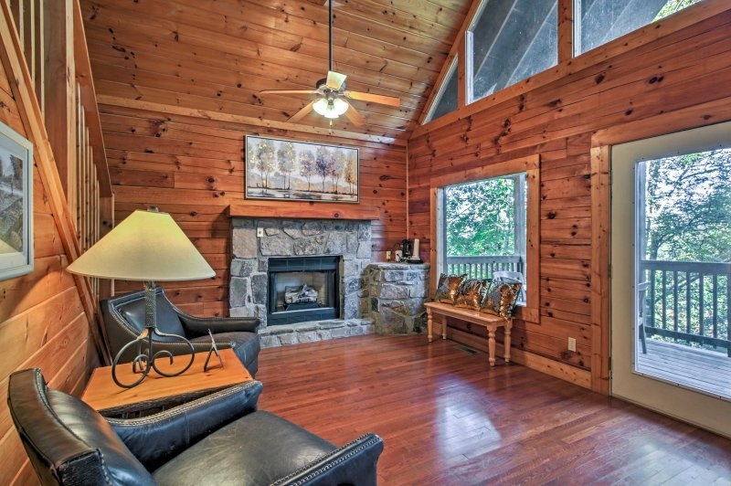 True Log Cabin w/ Hot Tub & Views in Pigeon Forge!, vacation rental in Pigeon Forge