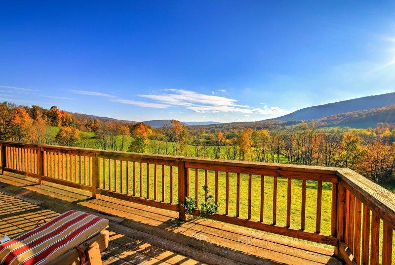 La cabina è su 125 acri di terreno che offre una vista ininterrotta sulla collina!