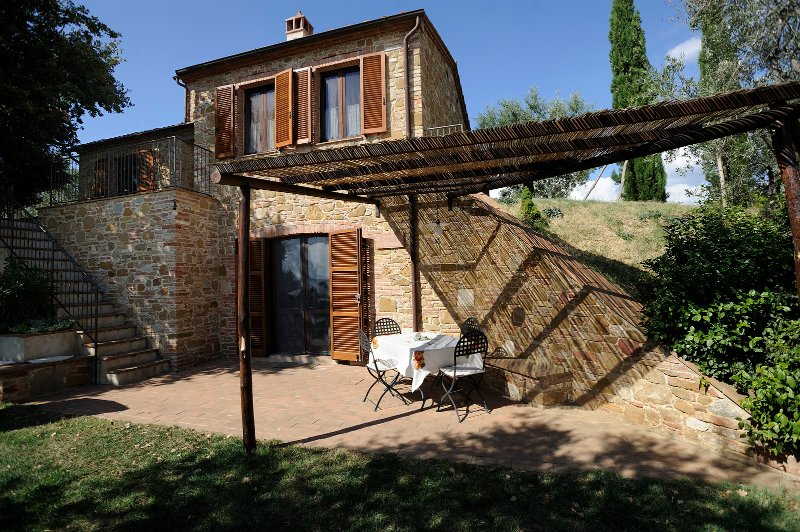Nice private cottage only 700 meters from the village of Montisi with 2 bedrooms, alquiler vacacional en Castelmuzio