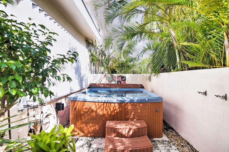 Passe as suas noites a relaxar na banheira de hidromassagem privada para 4 pessoas.