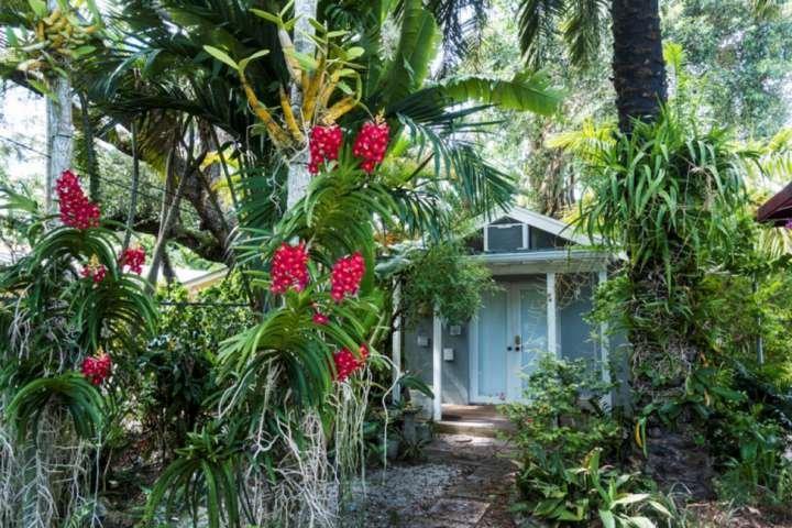 Situé au cœur de Coconut Grove, ce charmant bungalow est à seulement quelques minutes de toutes les attractions, restaurants et boutiques.