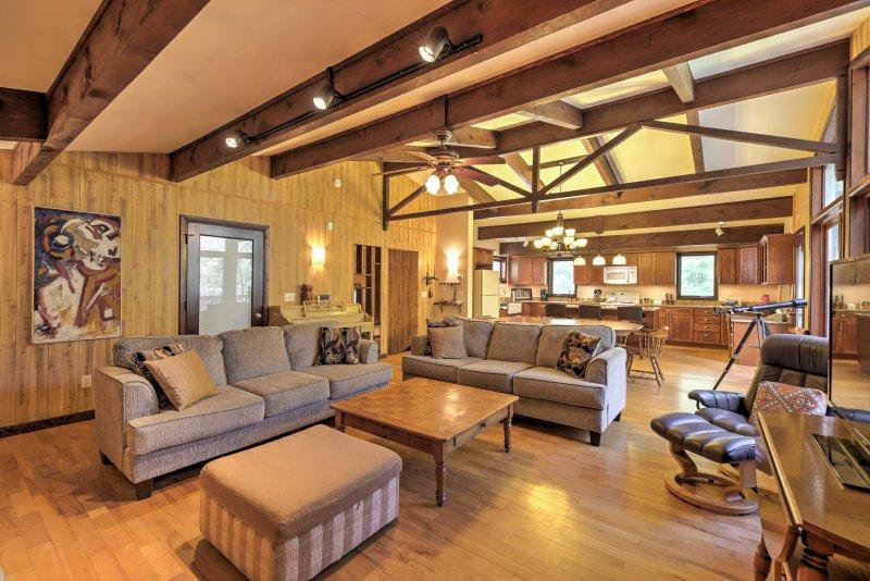 Home w/Sauna - Mins to Pico & Killington Mtns!, alquiler de vacaciones en Pittsfield