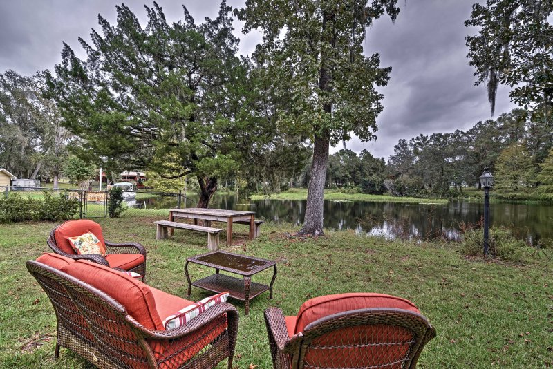 Cozy Lakefront Hernando House w/ Covered Patio!, alquiler de vacaciones en Hernando