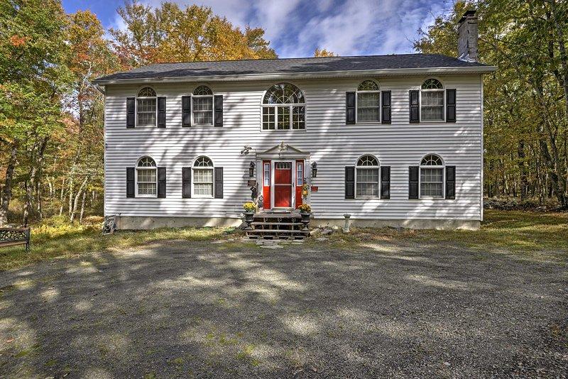 Esta casa de estilo colonial tiene 4,000 pies cuadrados y tiene capacidad para 10 personas.