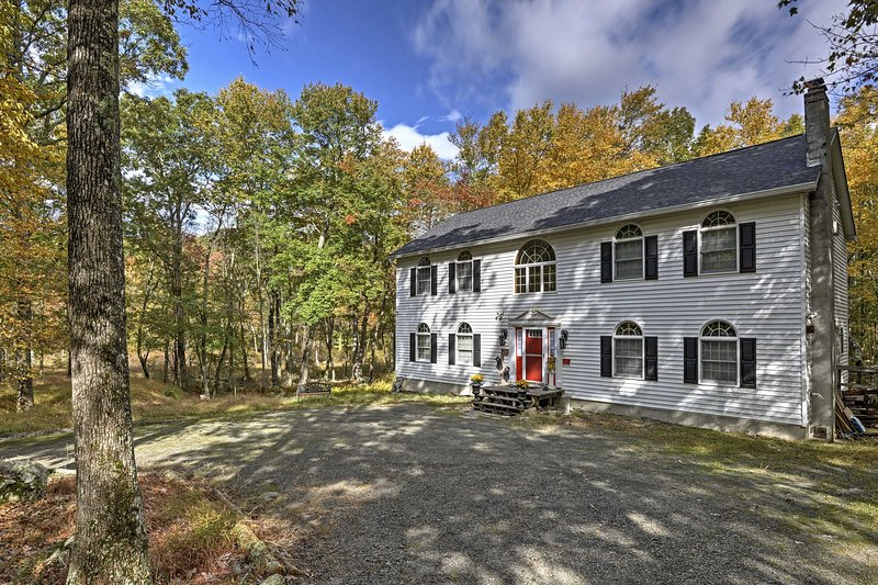 Spacious Bushkill House w/ Hot Tub, Deck + Games!, holiday rental in Dingmans Ferry