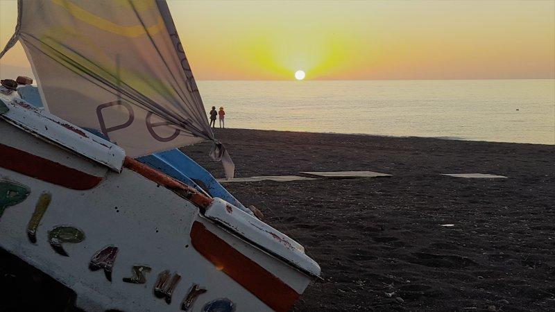 Schöner Sonnenaufgang von GENUSS IN Perivolos Santorini