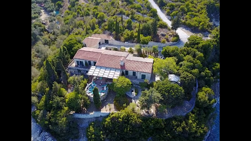 Villa Delphini, Paxos, Greece. Luxury family villa right on the water sleeps 10, location de vacances à Gaios