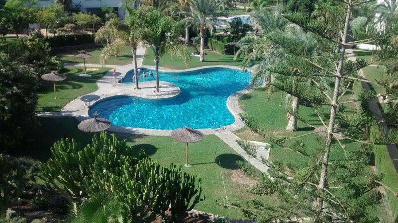 ático con piscina, A/A,pista de fútbol y tenis puerto rey, holiday rental in Vera