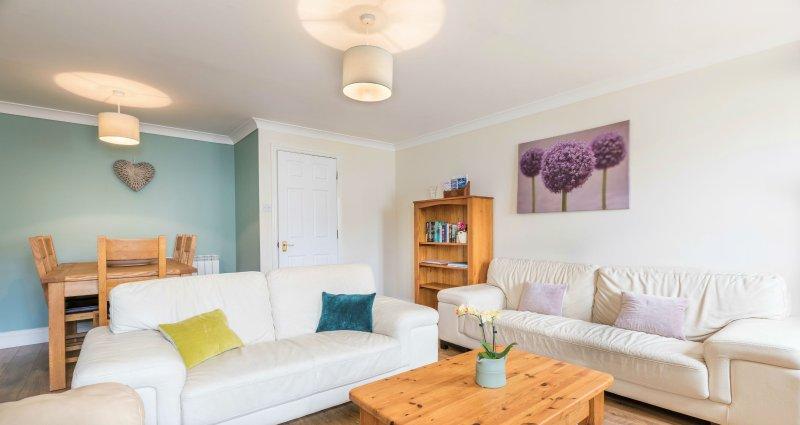 La sala de estar con comedor es brillante y tiene capacidad para 6 personas