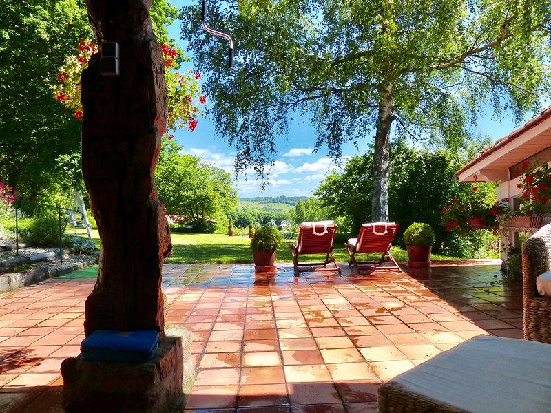 Mit Blick auf privaten Garten von maison Margerite Terrasse