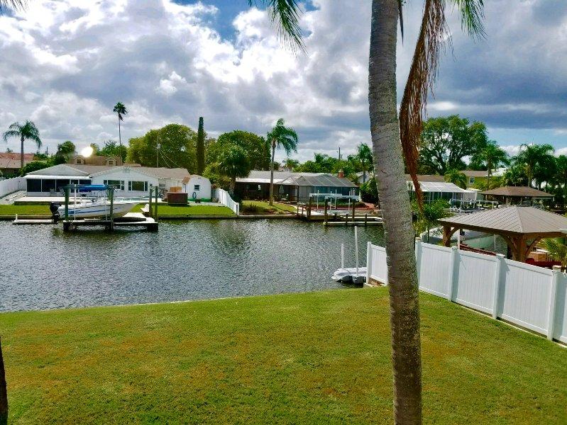 Ahhh .... vous devez aimer vivre en front de mer en Floride ... regarder les bateaux passer, les dauphins nager ....