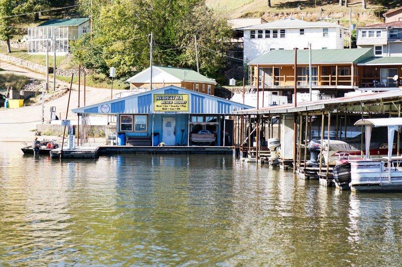 Das Hiawatha Beach Resort bietet alles, was Sie auf dem See für einen Tag benötigen, von Ködern und Bier auf Eis und Snacks!