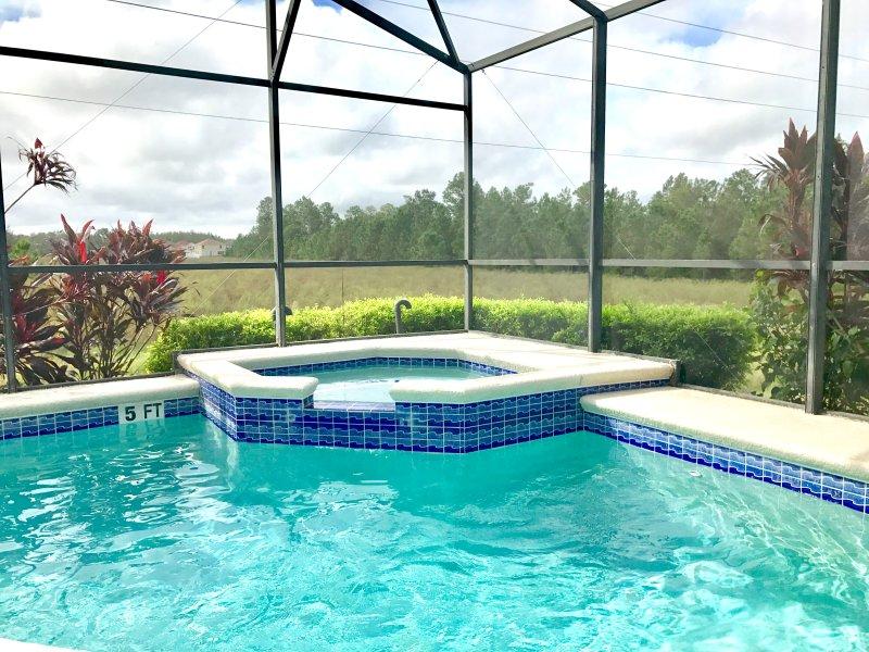 Open uitzicht vanaf het zwembad dek. Geen achter buren!
