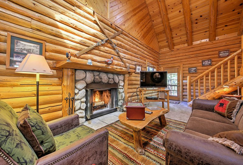 Big Bear Cabin w/Fireplace - Walk to Ski Resort!, alquiler de vacaciones en Moonridge
