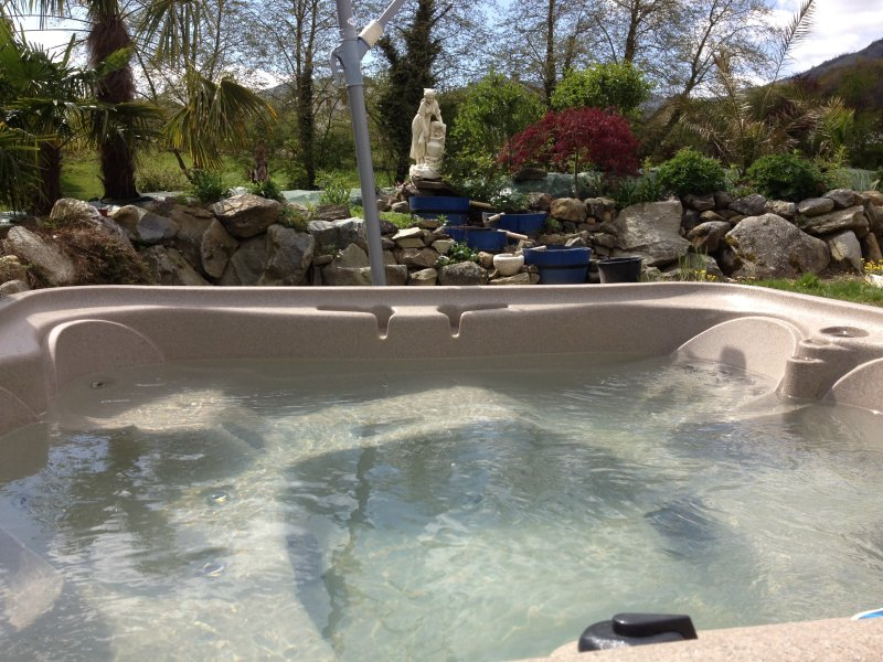 Outdoor Jacuzzi heated all year, available free on request