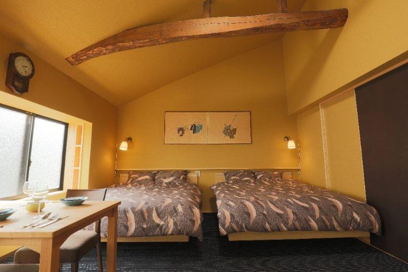 Sakara Miyazu Pine Suite tem tectos altos e dois 160 centímetros camas queen size de largura.