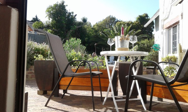Studio apartment in heart of Constantia wine-lands. Self catering/BnB. Pool and onsite parking.