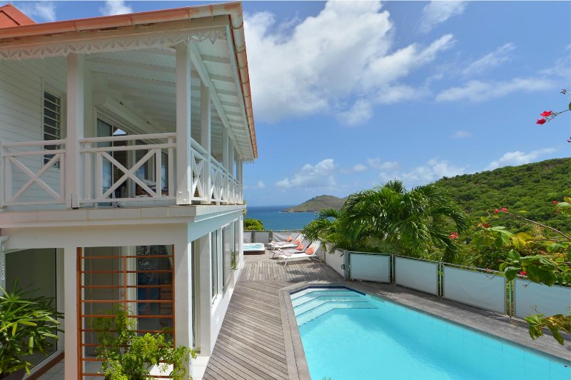 Ipanema is a sophisticated villa surrounded by vegetation above Flamands Bay, holiday rental in Anse des Flamands