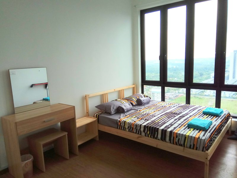 Cosy new condo, by the train station. Close to iCity and UiTM, vakantiewoning in Klang