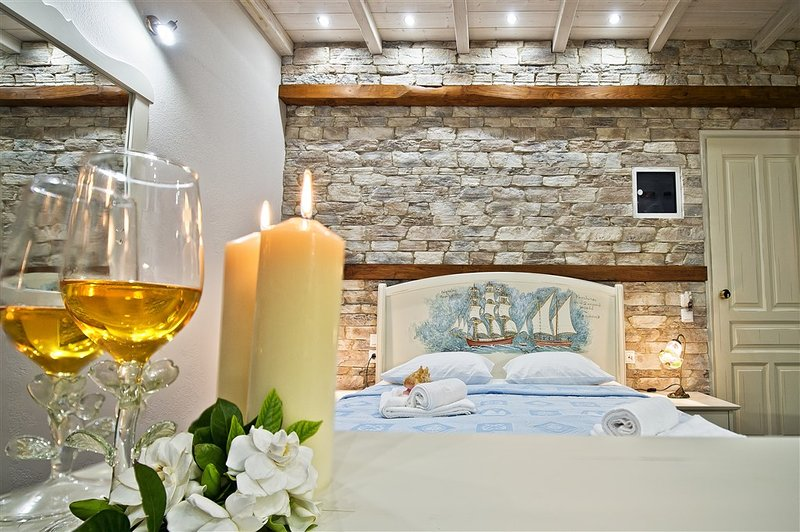 Luxury Superior Studios just 20m. from the Sea!, vacation rental in Chorefto