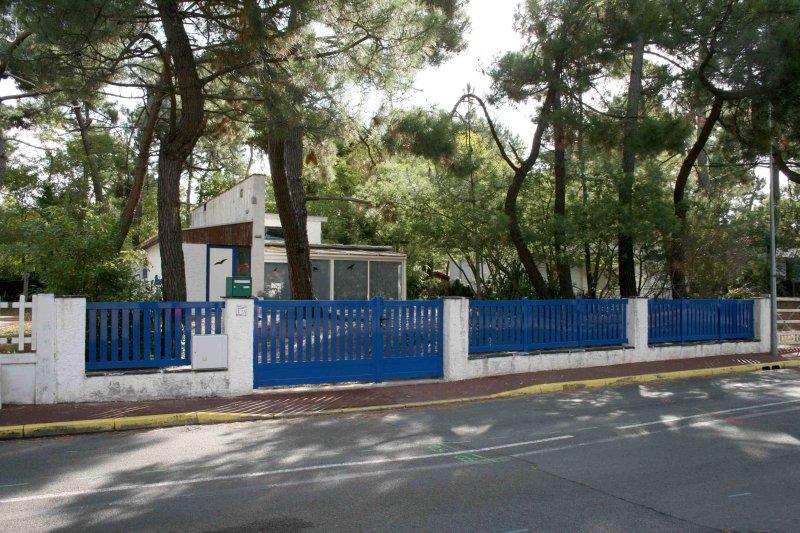 Vista da casa da rua. O jardim é totalmente vedado