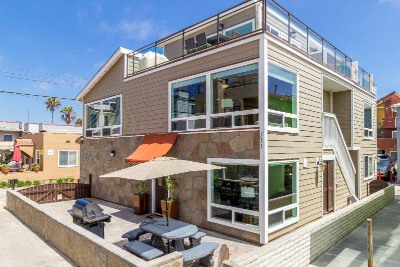 Home is een huis buiten de oceaan, met een groot uitzicht op de oceaan dek en uitgestrekte uitzicht op de oceaan vanuit meerdere kamers