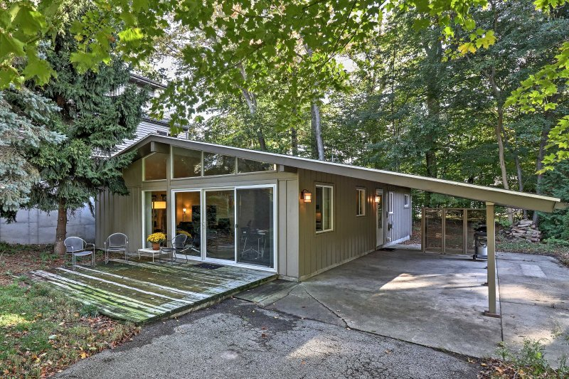 Look forward to a serene lake retreat at this 3-bedroom, 2-bath vacation rental cottage in Holland.