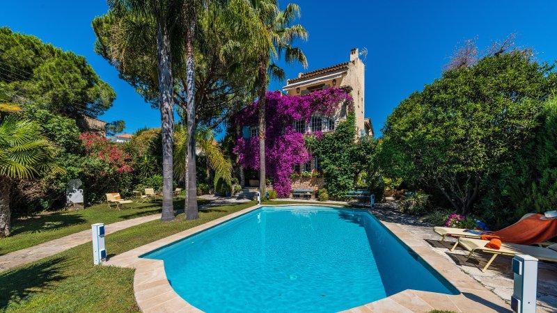 Villa La Provence, 8 chambres, piscine et parkings à Antibes, holiday rental in Juan-les-Pins