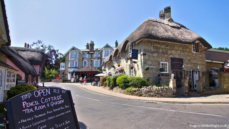 Shanklin Old Village, mit seinen reetgedeckten Pub, Teestuben und Restaurants, ist nur ein kurzer Spaziergang entfernt