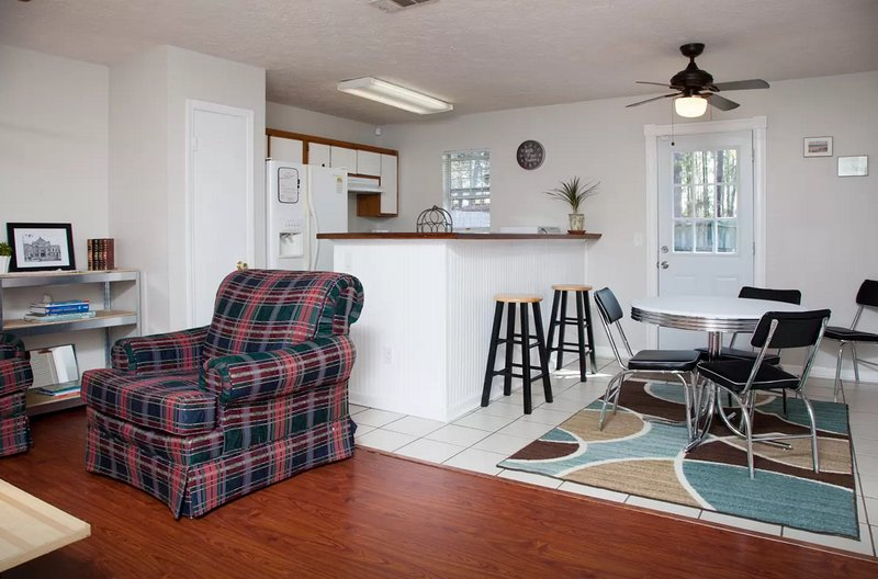 Affordable Cozy Bungalow 3BR/2BA**Close to Stores/Beach/Downtown**Groups up to 8, vacation rental in Thunderbolt