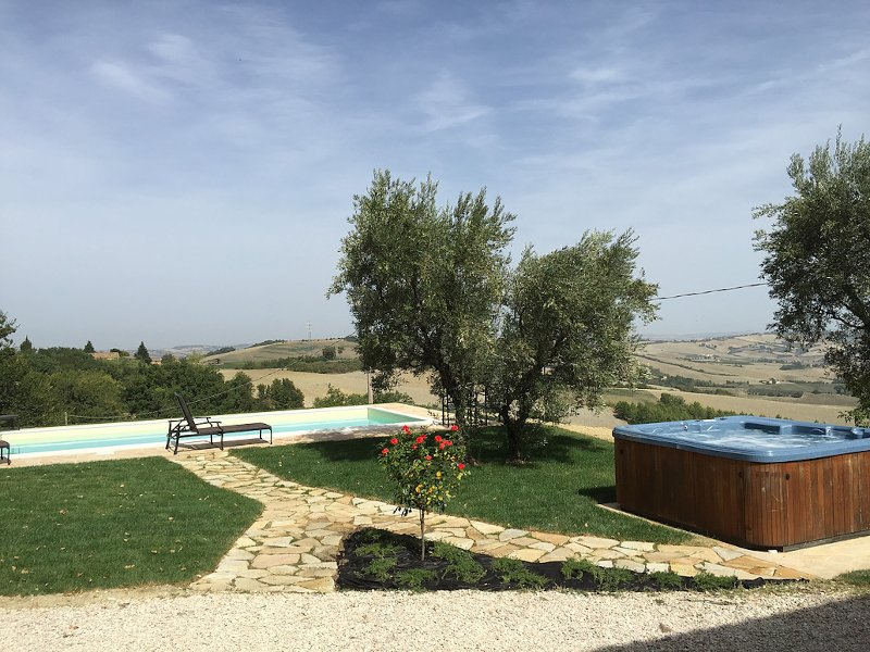 Beautiful secluded farmhouse with spectacular views and private pool and hot tub, vakantiewoning in Urbisaglia