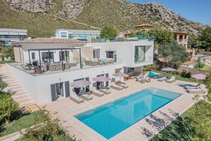 LUXURY NEW VILLA WITH FABULOUS SEA & MOUNTAIN VIEWS, aluguéis de temporada em Formentor