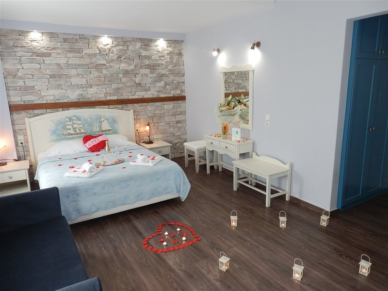 HoneyMoon Suites Flamingo with Panoramic Sea View, vacation rental in Chorefto