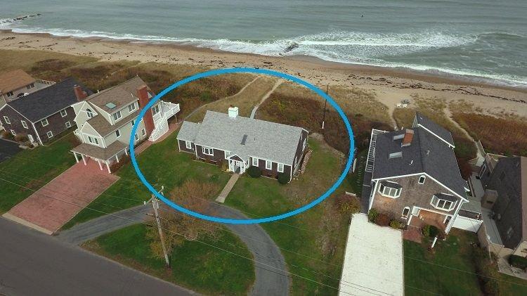 Vue aérienne de la maison et la plage