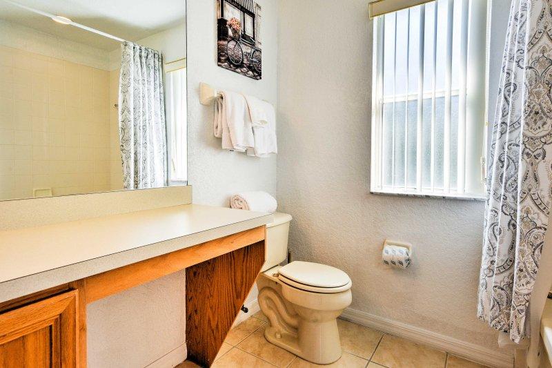 O quarto principal tem uma casa de banho com uma combinação banheira / chuveiro.
