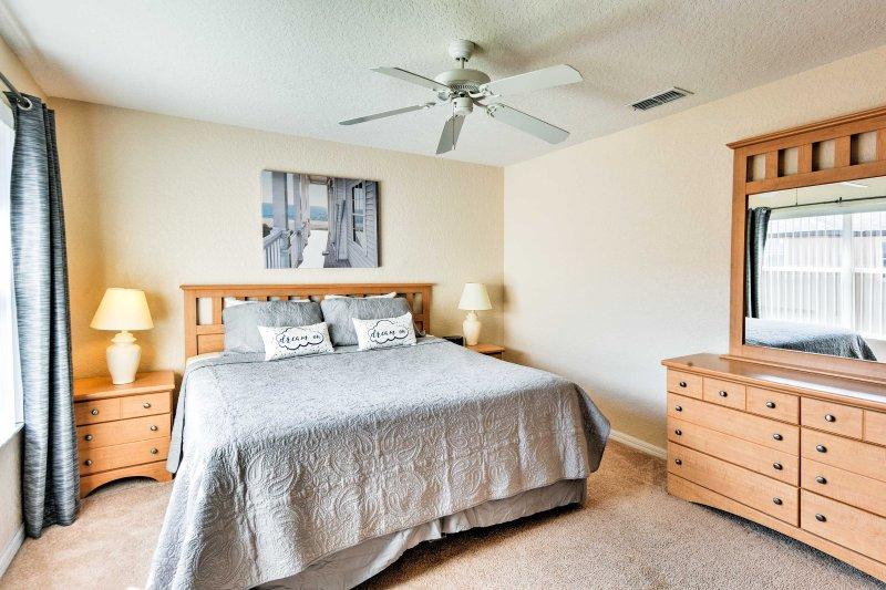 Dois convidados vão dormir confortavelmente na cama king-size no quarto principal.