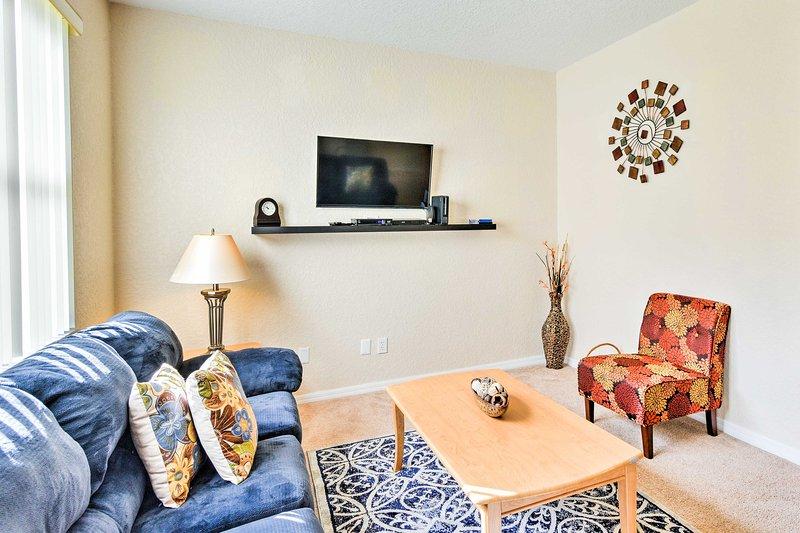 Relaxar e assistir TV na sala de estar.