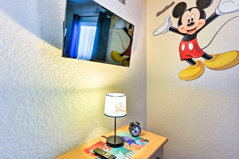 Adormecer ao som de Mickey na televisão de ecrã plano por cabo.
