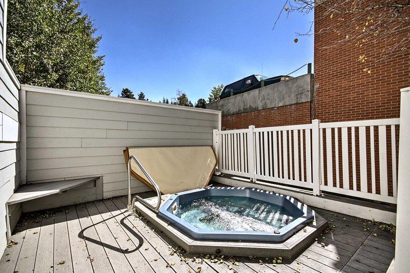 Mirar hacia adelante a relajarse en la bañera de hidromasaje compartida situada dentro del complejo.