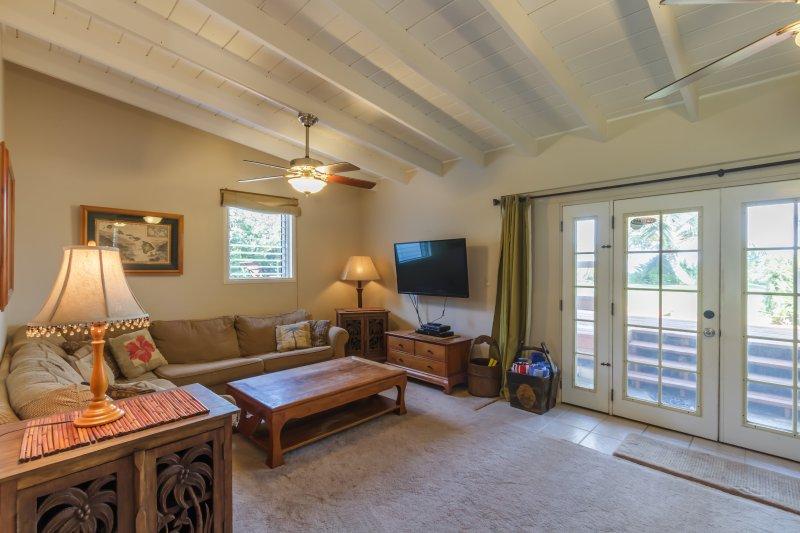 cómoda sala de estar con vistas al patio y playa.