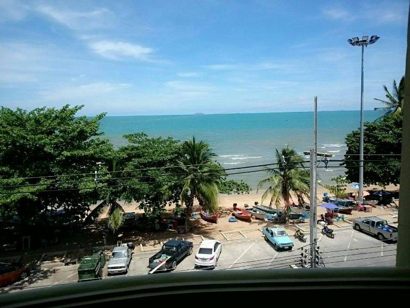 BEACHSPOT Big Deluxe Room 1, Beachfront, Ocean View on Jomtien Beach road, holiday rental in Pattaya