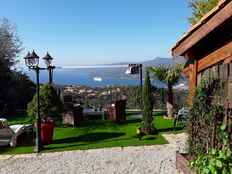 Terrasse, vue de la porte de la location