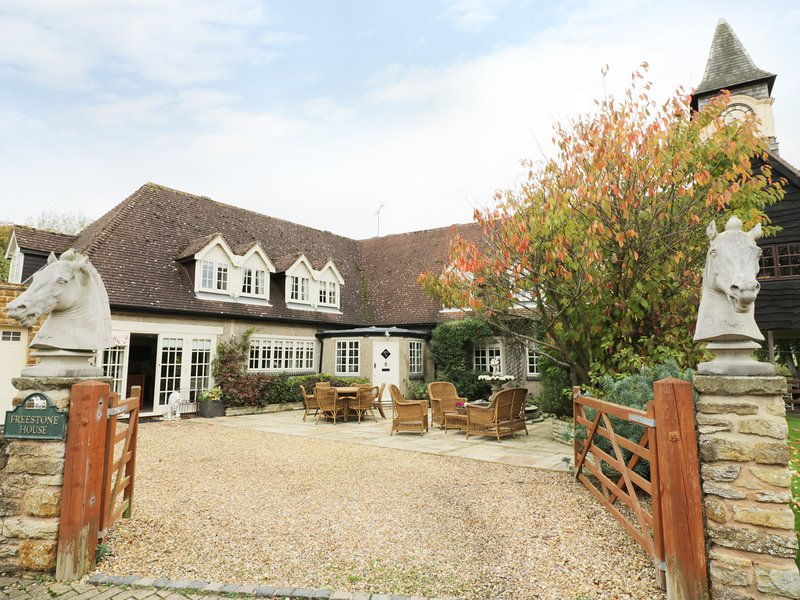 FREESTONE HOUSE, five bedrooms, breakfast bar, exposed beams, pet friendly, in, holiday rental in Weedon
