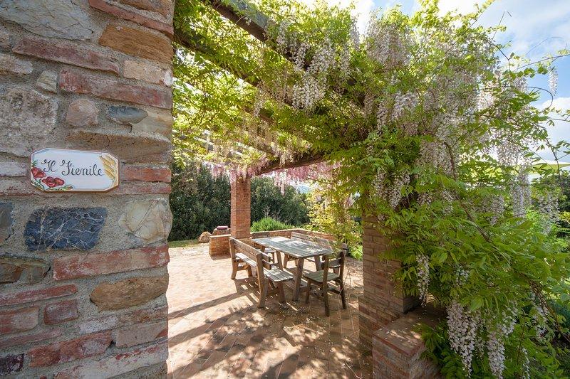 Magnifico fienile all'interno di un borgo medioevale vicino a San Gimignano, holiday rental in Gambassi Terme