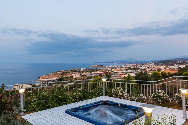 Vasca idromassaggio per 6 - 7 persone e vista panoramica sulla città di mare e Rethymno!