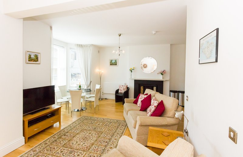 No. 6, Hambrough House; 3 Bed Luxury and Eco Friendly Apartment with Sea Views, location de vacances à Ventnor