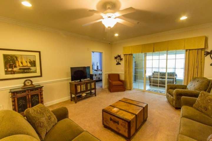 Muy bien decorado salón donde podrá relajarse después de días de vacaciones. Esto no es una unidad modelo.