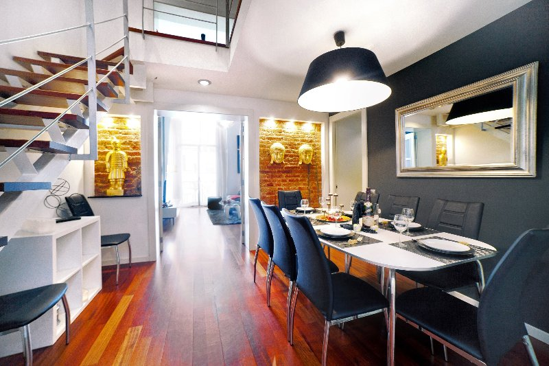 Exclusive duplex in Plaza Calanya at a walking distance from las Ramblas 1, vacation rental in Barcelona