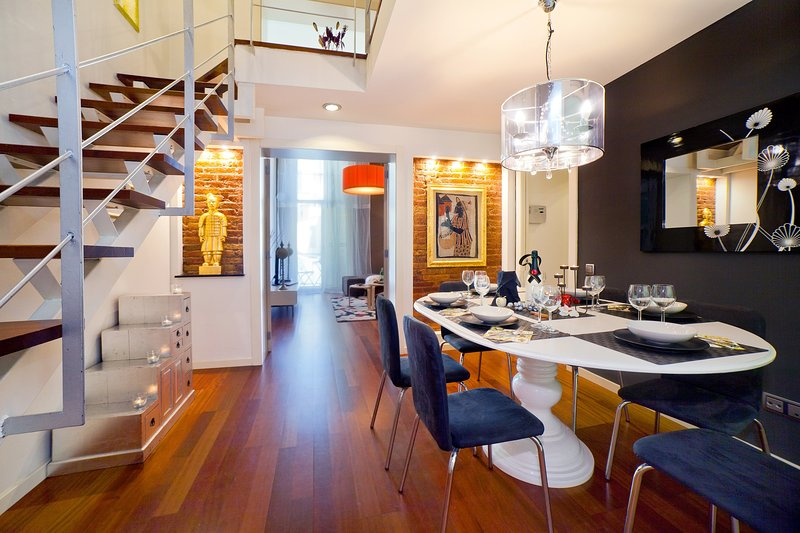 Exclusive duplex in Plaza Calanya at a walking distance from las Ramblas 3, vacation rental in Barcelona